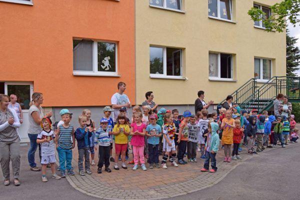 Die Kinder der Kita Zwergenparadies freuen sich über die Geschenke zum Jubiläum