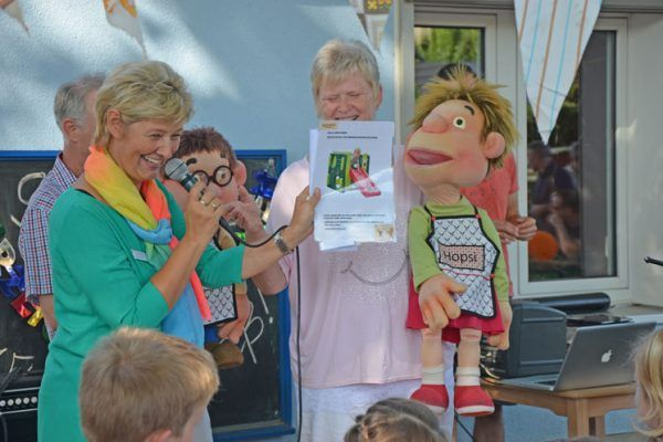 Liane Hornburg links bedankt sich für die Grüße und das Geschenk zum 90. Geburtstag der Kita REGENBOGEN in Körbelitz