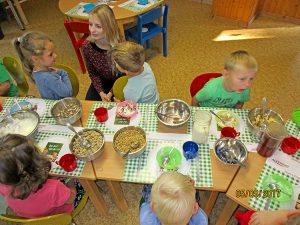 Die Kinder tauschen sich über die verschiedenen Zutaten aus.