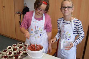 Das Beeren-Topping verleiht dem Dessert den letzten Schliff