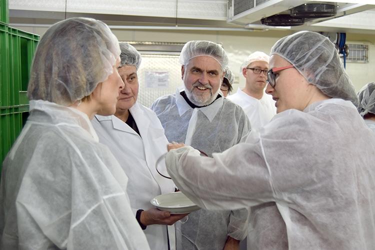 Frau Hillmann (rechts im Bild) erklärt den Besuchern, wie die Menüs bei ALEXMENÜ zusammengestellt werden.