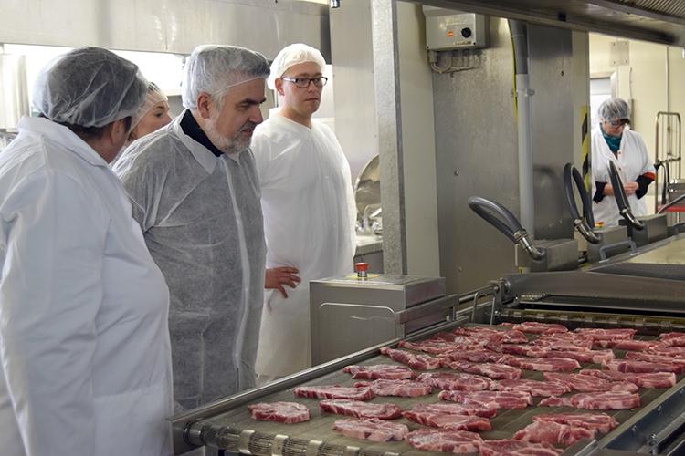 Mit dem Bratautomat ist es möglich, eine große Menge an Fleisch zuzubereiten.