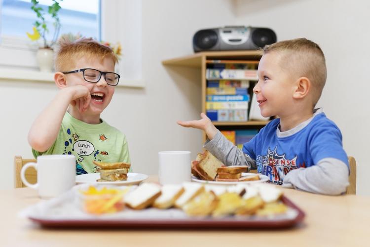 Wir gestalten liebevoll dekorierte Frühstücksplatten für Krippen und Kita-Kinder.