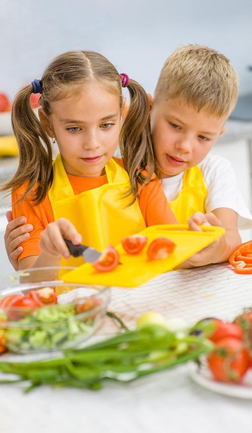 Beim Projekt Salat-Helden bereiten die Kinder ihre eigenen Kreationen zu