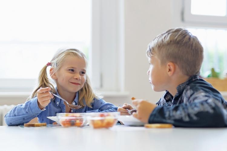 Ihrem Kind stehen täglich drei warme Mittagsmahlzeiten zur Auswahl, von denen mindestens eins vegetarisch ist.