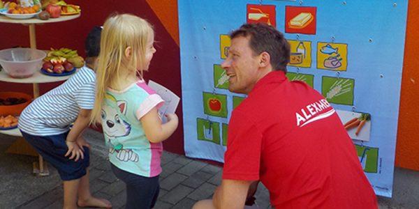Außendienstmitarbeiter Marko Witte testet das Wissen der Kita-Kinder in Sachsen-Anhalt gesunder Ernährung