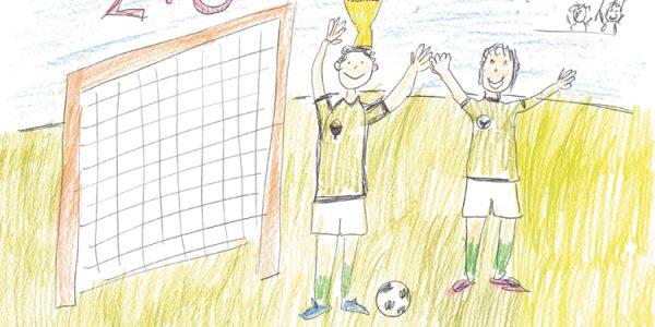 Der 1. Preis geht an Leander (9). Er spielt gerne Fußball, weil er dort seine Freunde trifft. Die Spieler jubeln zum 2:0 und wir gratulieren zum Gewinn!