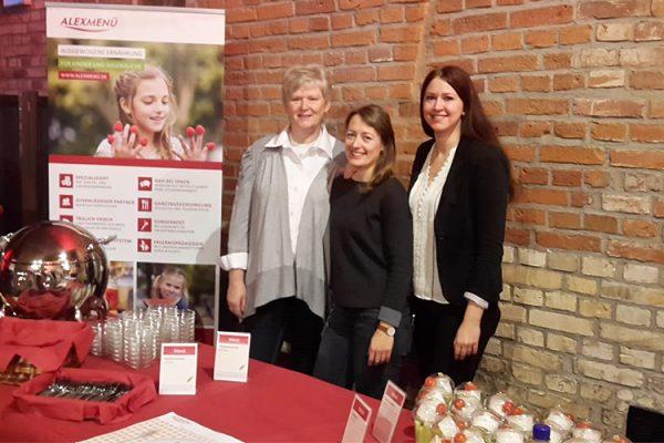Diätassistentin Marina Bornemann, Ernährungswissenschaftlerin Lydia Röder und Diätassistentin Juliane Kumstel freuen sich auf interessierte Besucher/-innen und abwechslungsreiche Referate