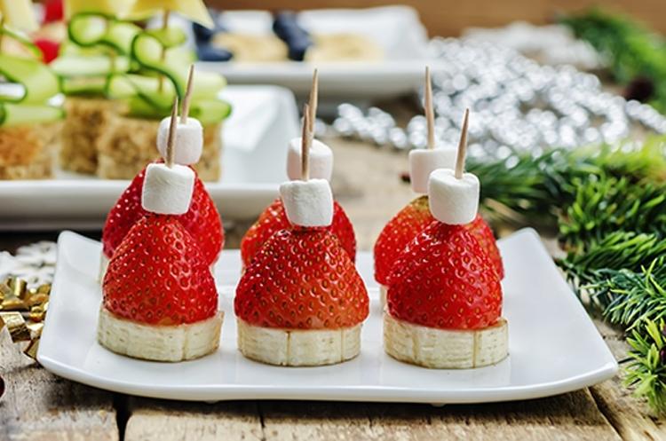 Erdbeer-Weihnachtsmütze © nata_vkusidey/Adobe Stock