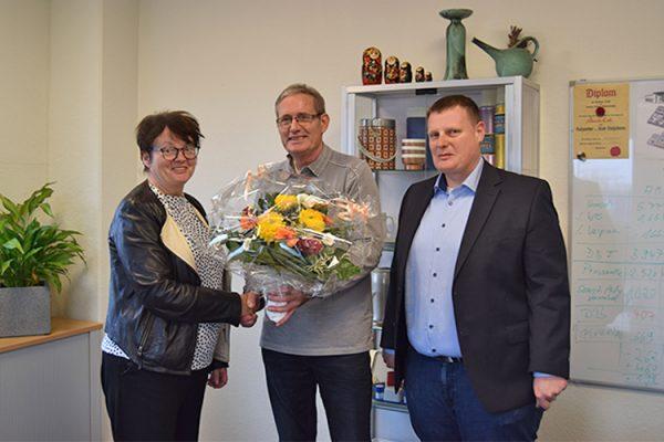 (v.l.) Alexandra Krotki, Geschäftsführerin ALEXMENÜ, freut sich über das persönliche Dankeschön der Kinder- und Jugendfeuerwehr, vertreten durch Robert Heinemann, Komm. Stadtkinder- und Jugendfeuerwehrart und Detlef Dübecke, Vorsitzender des Magdeburger Feuerwehrverbandes e.V.