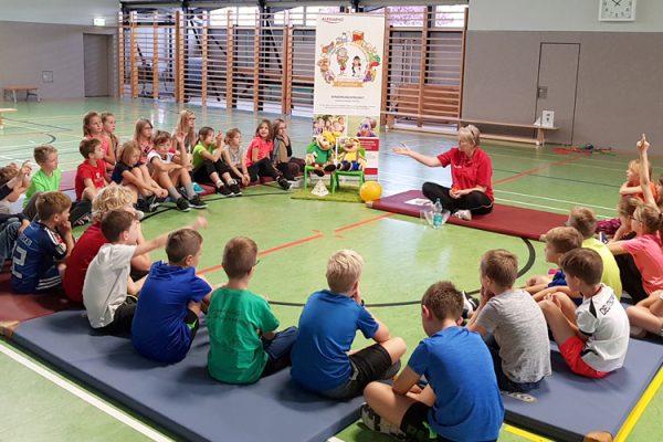 Diätassistentin Marina Bornemann stellt das Wissen der Kinder zu den Themen Gesunde Ernährung und Bewegung auf die Probe.