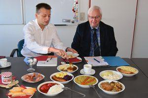(v.l.) Jörg Böttcher, Abteilungsleiter Standortmarketing und Günther Klaffehn, Mitarbeiter Wirtschaftsdezernat, können sich am Ende der Veranstaltung vom Geschmack ausgewählter Menüs überzeugen.