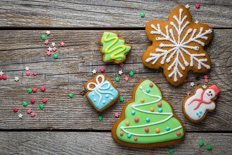 Weihnachtsplätzchen mit Royal Icing © anaumenko /Adobe Stock