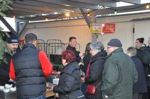 Es gibt zahlreiche Leckereien auf dem Weihnachtsmarkt zu genießen.