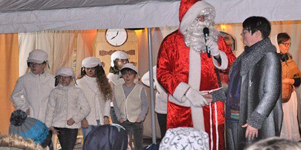 Der Weihnachtsmann bedankt sich bei Alexandra Krotki, dass er zu diesem tollen Weihnachtsmarkt eingeladen wurde.