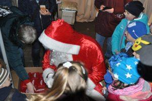An diesem Tag hat sich der Weihnachtsmann die Zeit genommen, den kleinen Besuchern ein Geschenk zu überreichen.