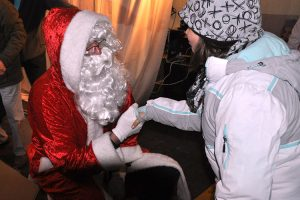Die Kinder freuen sich, den Weihnachtsmann persönlich kennenzulernen.