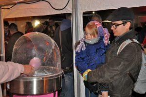 Große und kleine Weihnachtsmarktgäste können frische Zuckerwatte genießen.