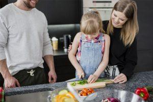 Beziehen Sie Ihr Kind beim Zubereiten der Lebensmittel ein. Dadurch steigen die Chancen, dass ihr Kind das Essen probieren und sogar mögen wird. ©freepik