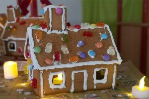 """Die Kinder der Kita Hoppetosse haben zu Weihnachten tolle Lebkuchenhäuser gebastelt und verziert. Sie hatten viel Spaß dabei und freuten sich vor allem auf den Abriss und das Vernaschen der bunten Häuser! Die Kinder dürfen sich über die KOSMOS AllesKönnerKiste """"Druckwerkstatt"""" freuen."""