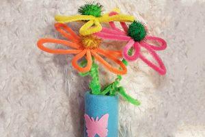 """Marlene (6) hat für ihre Mama eine Vase gebastelt. Sie freut sich, wenn sie anderen mit ihren Batelleien eine Freude bereiten kann. Wir freuen uns, dass sie die KOSMOS AllesKönnerKiste """"Filzwerkstatt"""" gewonnen hat!"""