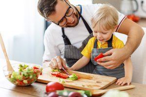 Beziehen Sie Ihr Kind beim Zubereiten der Lebensmittel ein. Dadurch steigen die Chancen, dass ihr Kind das Essen probieren und sogar mögen wird. ©JenkoAtaman/Adobe Stock