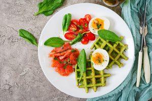 Waffeln müssen nicht immer süß sein. Wie wär es zur Abwechslung mal mit Gemüsewaffeln? ©Timoline/freepik