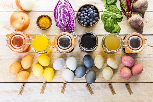 Aus Naturmaterialien lassen sich tolle Farben für das Ostereierfärben herstellen. ©arinahabich /Adobe Stock