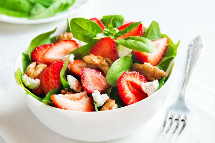 Spinat-Salat mit Erdbeeren, Feta und Wallnüssen ©mizina/Adobe Stock