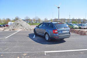 Premiere - Das erste Mitarbeiter-Fahrzeug parkt auf der neuen Parkfläche.