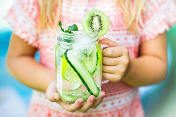 Farbenfrohe Obststücke, aromatische Kräuter oder erfrischendes Gemüse geben Wasser neben einem tollen Geschmack auch eine großartige Optik. ©Savchenko /AdobeStock