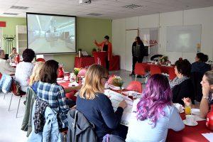 Alexandra Krotki, Geschäftsführerin ALEXMENÜ, zeigt den Einrichtungsleiterinnen die 360-Grad-Aufnahmen der Produktionsräume.