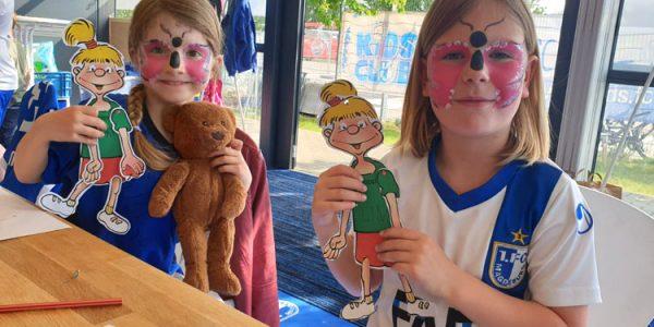 Die KidsClub-Mitglieder basteln mit Begeisterung die Hampelfiguren von Hopsi und Klopsi