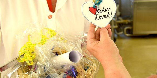 Die Kinder der Kita Knirpsenland bedanken sich bei allen Produktionsmitarbeitern mit einem selbst gebasteltem Geschenk