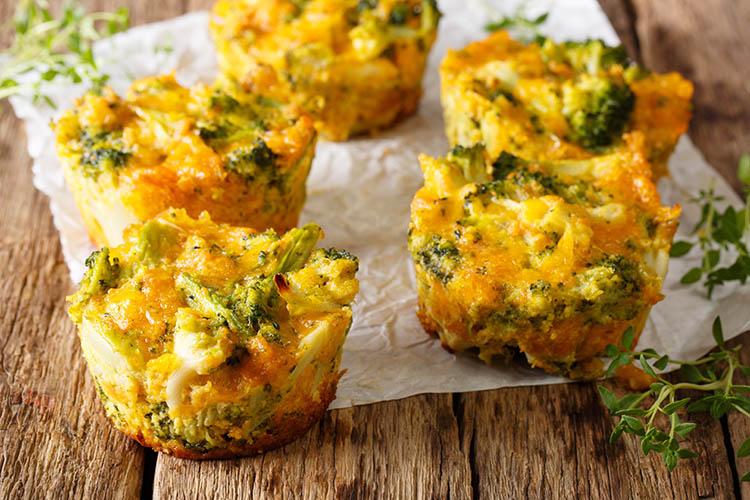 Leckere Muffins mit Brokkoli und Käse.©FomaA/AdobeStock