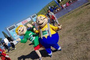 Hopsi und Klopsi sind in bester Stimmung und freuen sich über die Teilnahme an diesem besonderen Event.