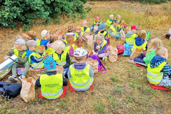 Die Kinder der Kita Heidewichtel lassen sich die Lunchpakete schmecken. ©Kita Heidewichtel