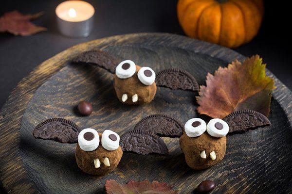 Diese schokoladigen Fledermaus-Kugeln begeistern Kinder und Erwachsene auf Ihrer Halloween-Party gleichermaßen! ©Vladislav Nosik/AdobeStock