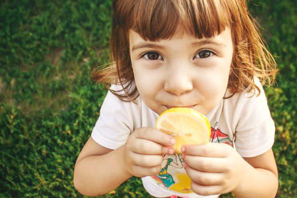 Im Projekt Frucht-Forscher lernen die Kinder verschiedene Früchte kennen und können nach Herzenslust probieren. ©yanadjana/freepik