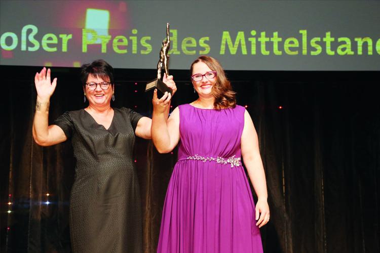 Alexandra Krotki, Geschäftsführerin ALEXMENÜ und Antonia Hillmann, Mitglied der Geschäftsleitung ALEXMENÜ (v.l.) sind stolz darauf, in diesem Jahr als Preisträger ausgezeichnet worden zu sein. Gruppenbild der Preisträger und Finalisten ©Oskar-Patzelt-Stiftung/Boris Löffert