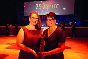 Antonia Hillmann, Mitglied der Geschäftsleitung ALEXMENÜ und Alexandra Krotki, Geschäftsführerin ALEXMENÜ (v.l.) sind stolz darauf, in diesem Jahr als Preisträger ausgezeichnet worden zu sein.