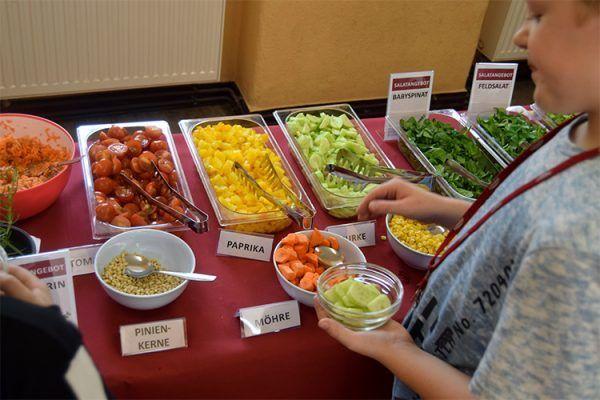 Das Salatbuffet kommt bei allen Kindern super an. Viele holen sich Nachschlag.