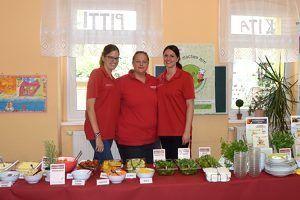 Lotta Schneidewind, Stefanie Ledderboge und Juliane Kumstel (v.l.) betreuen das Projekt Salat-Helden an der Grundschule Domersleben.