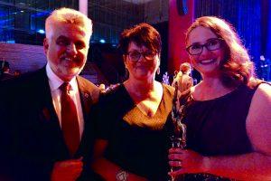 Prof. Dr. Armin Willingmann, Minister für Wirtschaft, Wissenschaft und Digitalisierung des Landes Sachsen-Anhalt, gratuliert Alexandra Krotki, Geschäftsführerin ALEXMENÜ und Antonia Hillmann, Mitglied der Geschäftsleitung ALEXMENÜ (v.l.) zur Auszeichnung.