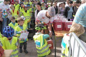 ALEXMENÜ sponsort 100 Lunchtüten für alle Kinder, die am Laufradrennen teilnehmen.