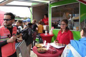 Am Promotiontruck von ALEXMENÜ können die Besucher vegetarische Bratlinge verkosten.