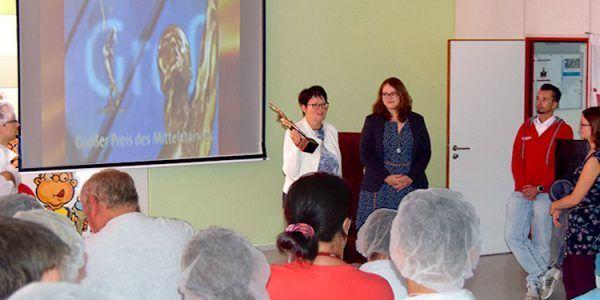 Die Geschäftsführerinnen Alexandra Krotki und Antonia Hillmann (v.l.) bedanken sich bei den Mitarbeiterinnen und Mitarbeitern für ihre Arbeit, die wesentlich zum Erhalt vom Großen Preis des Mittelstandes beigetragen haben.