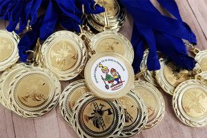 ALEXMENÜ sponsert neben Lunchtüten auch Goldmedaillen für die Kinder- und Jugendfeuerwehren Magdeburg. ©Maria Kunz/ALXMENÜ