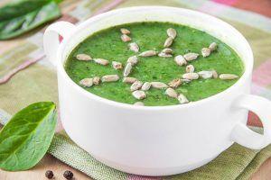 Diese leckere Spinat-Erbsen-Cremesuppe ist schnell zubereitet und schmeckt selbst den Kleinsten. ©maria_lapina/AdobeStock
