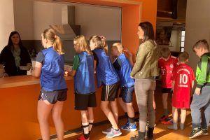 Alle Teilnehmerinnen und Teilnehmer können sich an der Essenausgabe eine warme Mahlzeit zur Stärkung von ALEXMENÜ abholen. ©Stefanie Böttcher